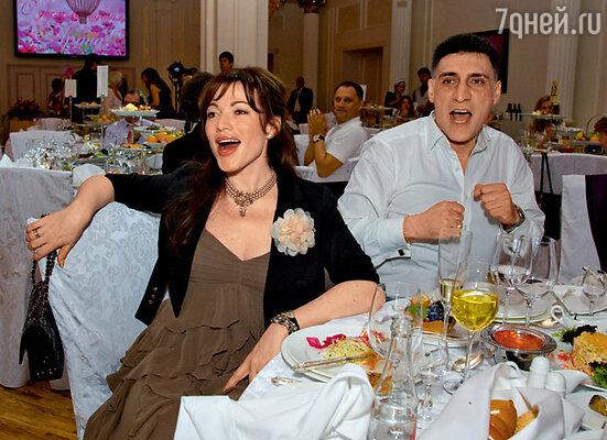 В одном из шуточных конкурсов Алена Хмельницкая и Тигран Кеосаян боролись за звание самых активных фанатов Шараповой