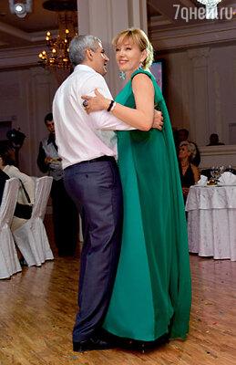 «Женское счастье — был бы милый рядом». Первый танец давно был обещан мужу