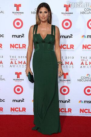 Актриса Дэйзи Фуэнтос в платье  от David Meister на церемонии NCLA ALMA Awards 2013