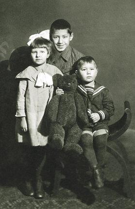 Родные дети тети называли ее мамой, а Спартак — тетей Дусей... (Спартак в центре с братом Аристоником и сестрой Кларой)