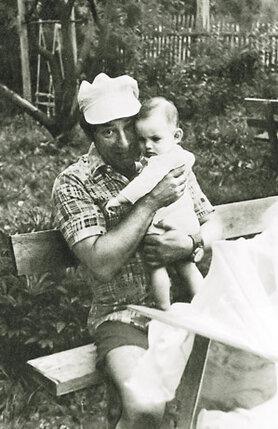 Папа с мамой лет десять старались родить ребенка, но все не получалось. Когда я родилась, отцу было пятьдесят четыре года...