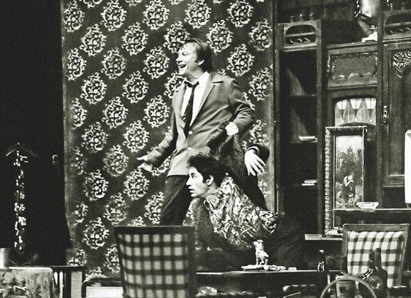 В спектакле «Маленькие комедии большого дома» папа играл недотепу-грабителя. (На фото: Андрей Миронов и Спартак Мишулин)