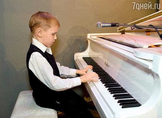Внук Николая Петровича Петя поздравил дедушку лирической пьесой