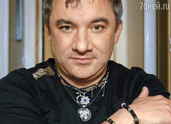 Фоменко сейчас носит странные изделия из металла на шее: то ли шурупы, то ли кольца.  Как-то я поинтересовалась у него, что это такое...