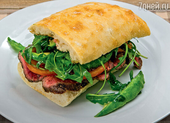 Сэндвич с говяжьей вырезкой, помидором и авокадо