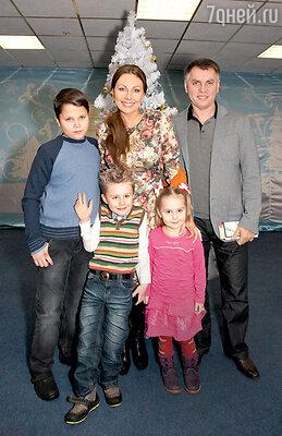 Наталья Бочкарева с мужем Николаем, детьми Иваном и Марьей иплемянником Андреем (слева)