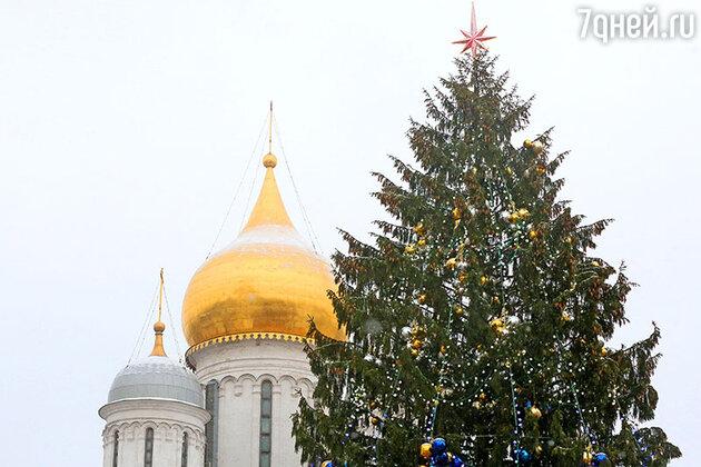 Новогодняя елка на Соборной площади Кремля в Москве