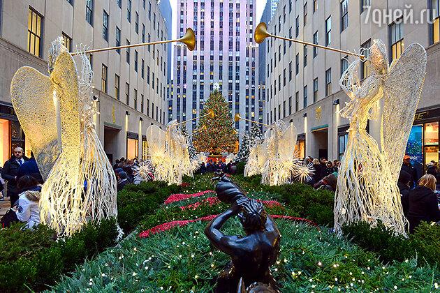 Рождественская елка возле Рокфеллер-центра в Нью-Йорка, США