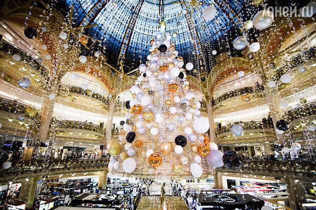 Рождественская елка в торговом центре «Галерея Лафайет» в Париже, Франция