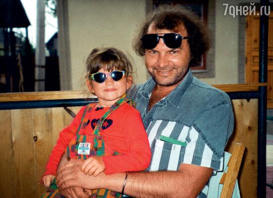 Отношение Алексея к дочери меня в корне не устраивало. Не могу вспомнить, чтобы он повел ее в парк или в кинотеатр на мультики