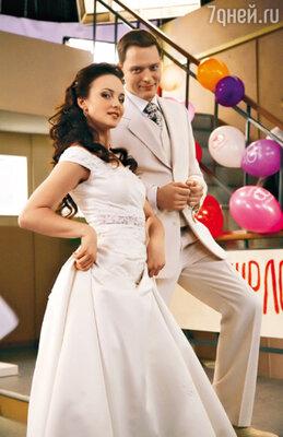 В жизни реальной Анна Снаткина еще не была замужем. А в сериале «Татьянин день» Снаткиной сыграли сразу две свадьбы. С «первым женихом» Артемом Артемьевым...