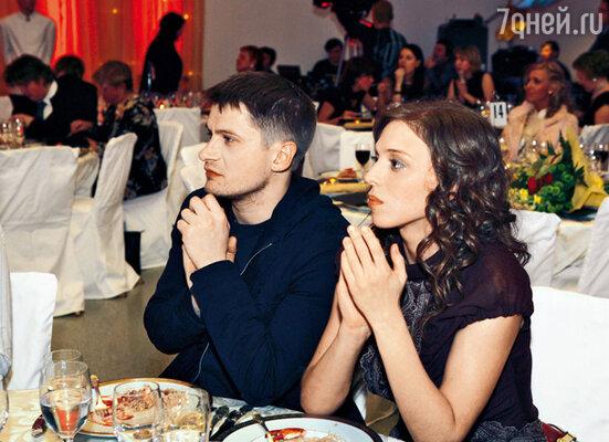 Нелли Уварова с мужем Сергеем Пикаловым. Во время их свадьбы невеста была вынуждена прятать лицо под непрозрачной фатой