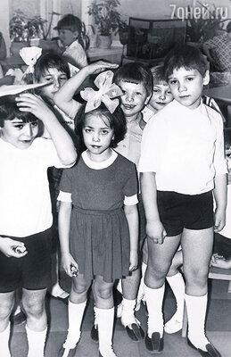Когда у Жанны спрашивали, кем она хочет стать, отвечала: «А-а-тисткой!» (букву «р» она долго не выговаривала). В детском саду, Жанна — в центре