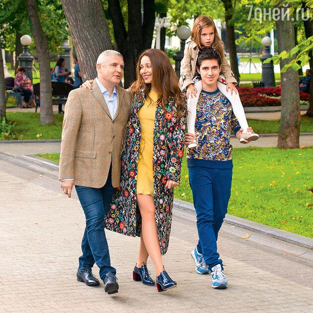 Екатерина Гусева с мужем Владимиром Абашкиным, дочкой Анной и сыном Алексеем