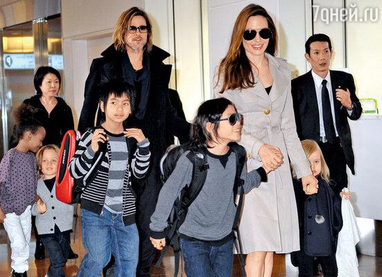 Анджелина Джоли с Брэдом Питтом и детьми. Токио, 2011 г.