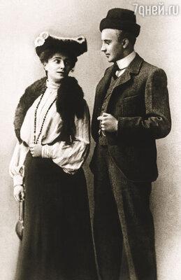 В казанскую труппу Нина Литовцева поступила на год позже Качалова. В Москву Василий уехал уже женатым человеком...