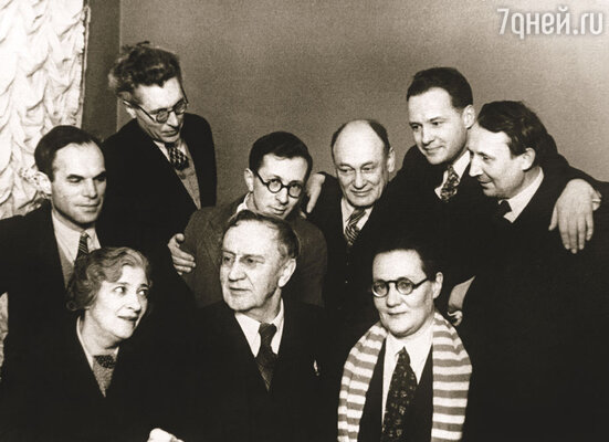 В.И. Качалов ( в центре) с Фаиной Раневской, Ольгой Пыжовой и группой работников ЦДРИ, 1940-е годы