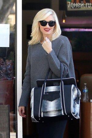 Гвен Стефани в свитере, тунике и с сумкой от L.A.M.B, 2013