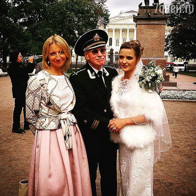 Иван Краско с женой Натальей и гостьей торжества