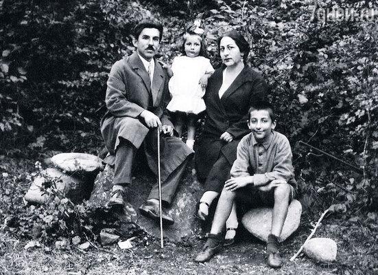 Гога с отцом Александром Андреевичем, сестрой Нателой и мамой Тамарой Григорьевной