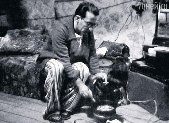 1949 год. Гога готовит ужин в общежитии ленинградского Ленкома