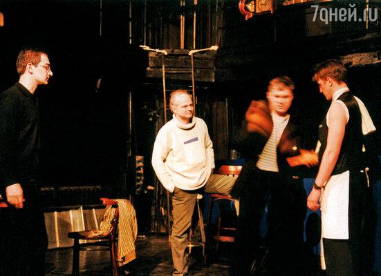 Егор (крайний слева) во время репетиции на сцене Театра «Русская антреприза» имени Андрея Миронова