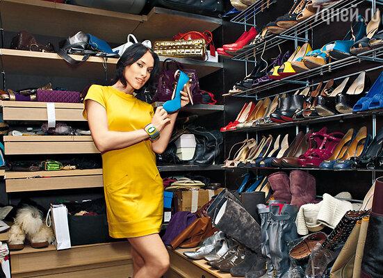 Одно отделение «двухкомнатной» гардеробной занимает коллекция обуви...