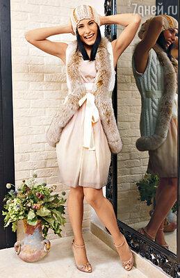 Обувь — настоящий фетиш теледивы. Неудивительно, что подобрать идеальное сопровождение под любое платье для нее не проблема.На Марии платье из собственной коллекции