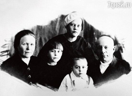 Станислав с бабушкой Зоей Ксенофонтовной, сестрой Инессой, мамой Прасковьей Афанасьевной и дедом Афанасием Трофимовичем. 1938 г.