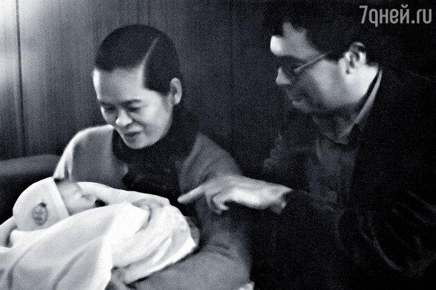Жена Ле Зуана с зятем и внуком