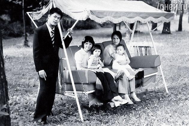 Ле Ву Ань с братом Тханем, его женой и нашими детьми — Леной и Таней