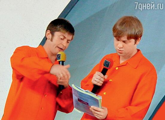 Сергей Светлаков сДмитрием Брекоткиным во время игры КВН (2005 г.)...
