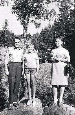 С папой Николаем Георгиевичем и мамой ЕвгениейЛеонидовной на отдыхе в Умани. 1967 г.