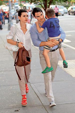 Джулианна Маргулис и Кит Либертал с сыном