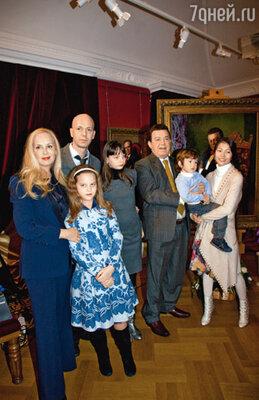 Иосиф Давыдович с супругой Нелли, его сын Андрей с женой Настей, внуки: Полина, Анита и Миша