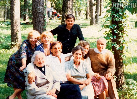 День рождения Андрона. Он в центре, за ним — Елена Коренева и я. Николина Гора, 1980-е годы
