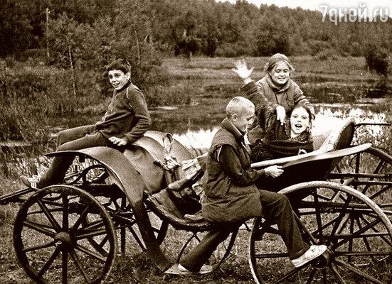 На съемках фильма «Очи черные». В бричке сидят Аня Михалкова, мой сын Тимофей и дочь Ольга, рядом Тема Михалков. Там же моих детей и крестили — в местном храме Воскресения на Дебре. Крестного искали недолго…