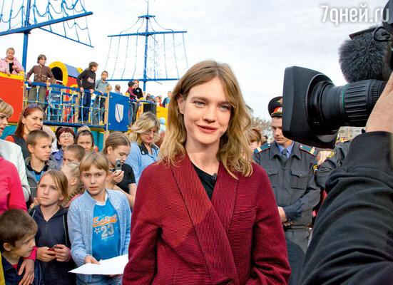 В 2005 году Наталья Водянова создала Международный фонд «Обнаженные сердца». Одно изглавных его направлений — строительство детских игровых площадок в разных городах России. На открытии детской площадки в Бийске. 2009 г.