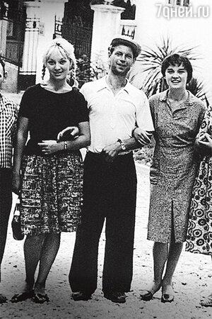Татьяна Бестаева и Людмила Гурченко с поклонником. 1950-е