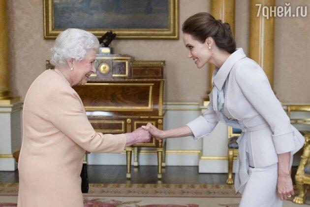 Анджелина Джоли получила орден из рук королевы