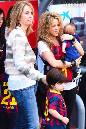 Шакира с сыном Миланом и Александром
