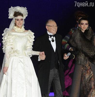 Вячеслав Зайцев (в центре) передаст дело внучке Марусе (справа)