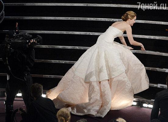 На «Оскаре-2013» Дженнифер Лоуренс  оступилась и чуть не упала по дороге на сцену