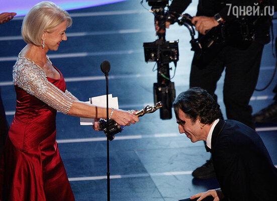 Хелен Миррен посвящает в рыцари Дэниэла Дэй-Льюиса. «Оскар-2007»