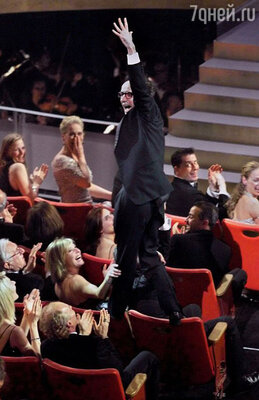 Роберто Бениньи был настолько счастлив, когда услышал свое имя на «Оскаре-1998», что выбрал необычный и довольно экстравагантный способ выйти на сцену