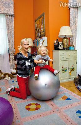Глюк'оZa с дочкой Лидой в игровой комнате, которую обе обожают