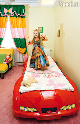 Дочь Варвары Варя на любимой кровати-кабриолете