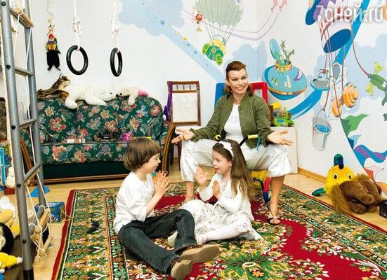 Лада Дэнс с сыном Ильей и дочерью Лизой в их детской, расписанной в стиле диснеевских мультфильмов