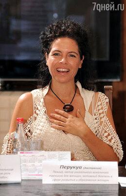 Настроение «социальному девичнику» задала певица из Австралии Перукуа. Она  создала уникальный тренинг,  который помогает с помощью  музыки, звуков и пения пробуждать истинно женское начало