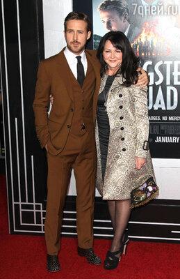 Напремьеру фильма «Охотники нагангстеров» Донна, мама Райана, пришла в костюме, позаимствованном у его подруги — Эвы Мендес. Январь 2013 г.